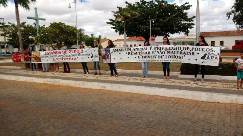 DOM BASÍLIO: APA DE LIVRAMENTO REALIZA PROTESTO CONTRA MAUS TRATOS A ANIMAIS