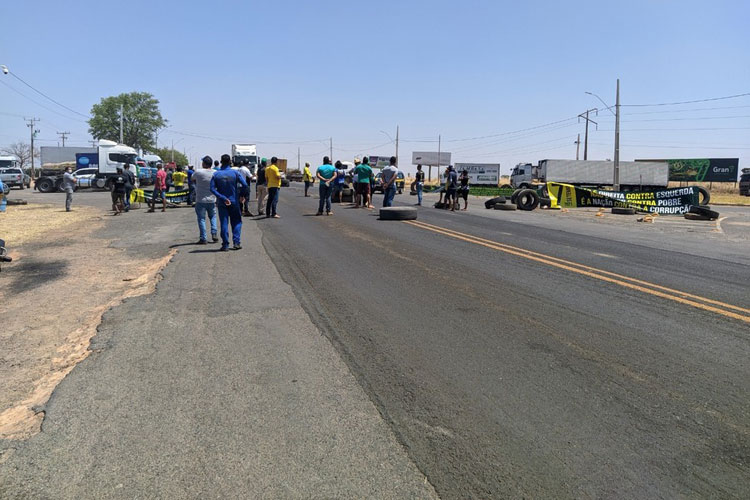 Caminhoneiros realizam protestos em trechos da BR-242 na região oeste da Bahia