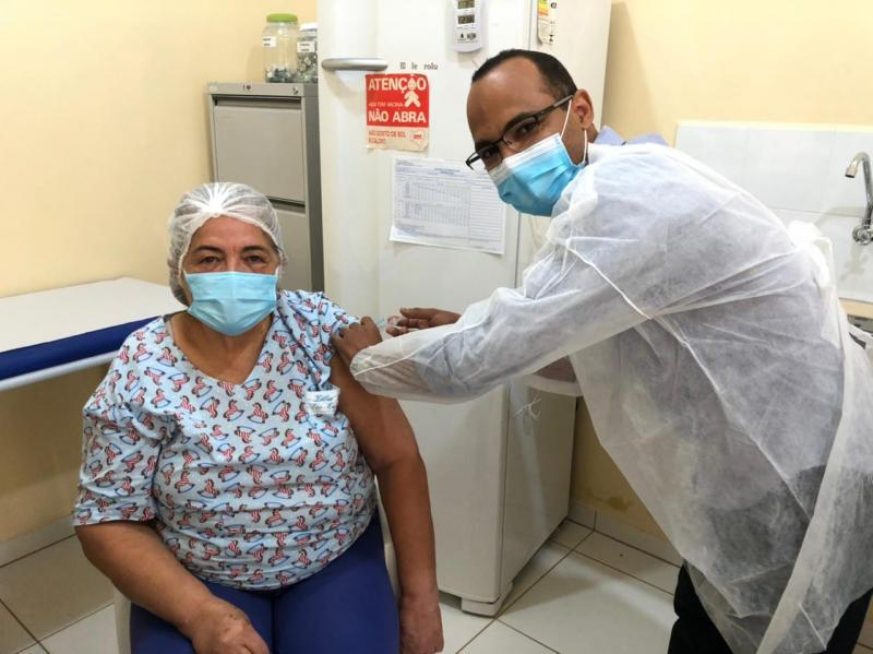 Dom Basílio tem 1ª pessoa vacinada contra Covid-19