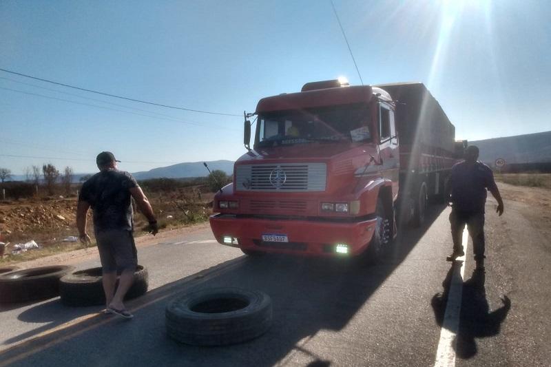 Paralisação de caminhoneiros atinge BR-030 em Brumado